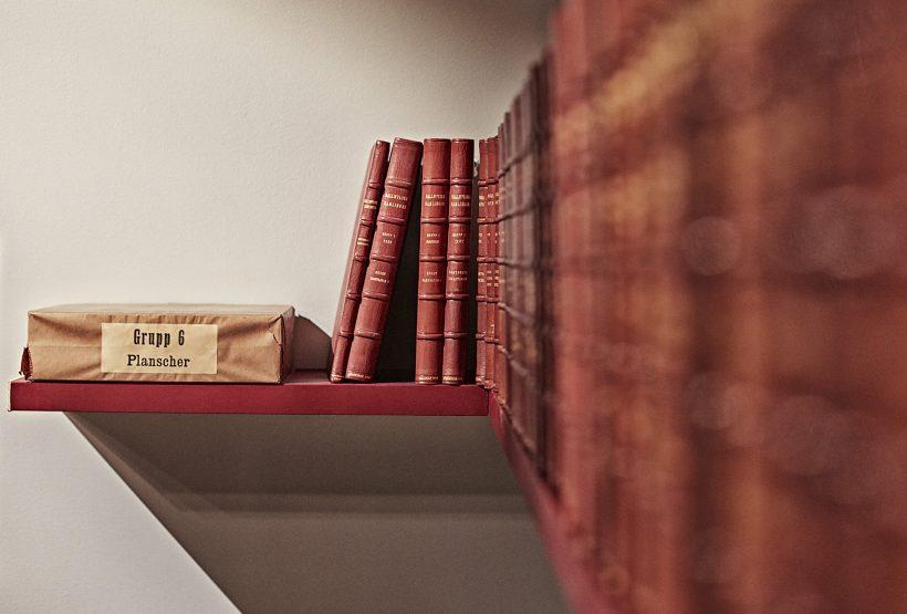 Bild av museikataloger på en hylla.