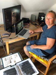 Bild av fotografen vid sitt arbetsbord.