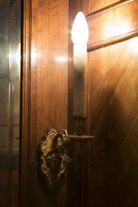 Bild av en mässingslampett med en lysande glödlampa.