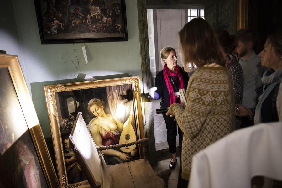 Forskare som bli guidade bland Skoklosters slotts konstsamling